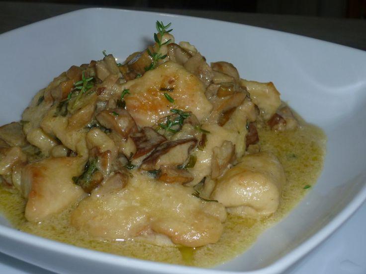 i bocconcini di pollo ai funghi, sono un secondo piatto gustoso e delicato, preparato con petto di pollo e funghi, ricetta veloce per chi ha poco tempo