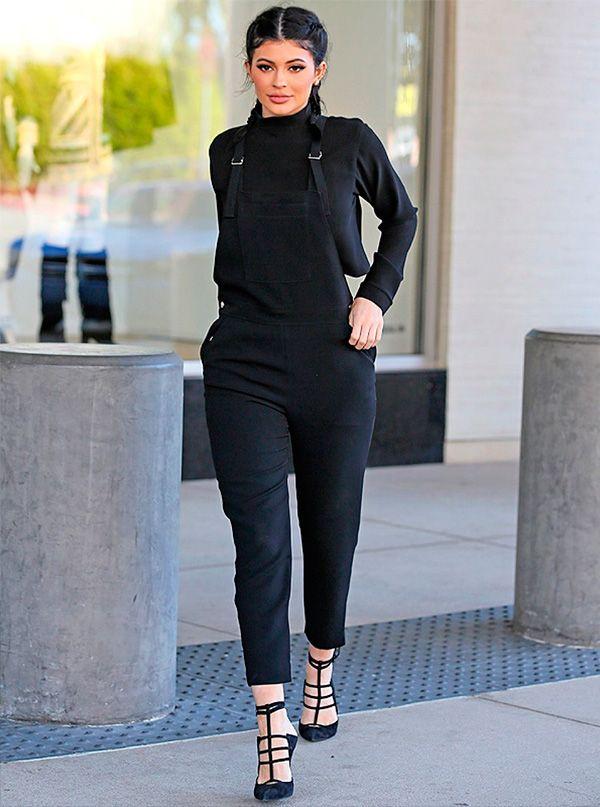 kylie jenner com macacão preto jeans