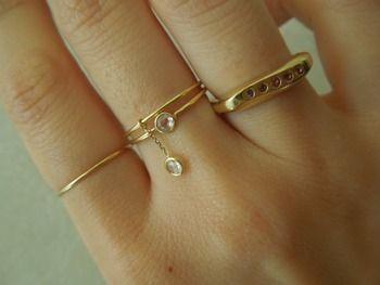 (中指)ダイヤの指輪を重ねづけ。 揺れるダイヤと、肌にぴたっと寄り添うダイヤ。ふたつのダイヤの相乗効果で、より手元を綺麗に見せてくれそうです。
