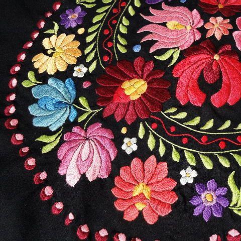 マチョー刺繍 Matyó hímzés : 【ユネスコ無形文化遺産】濃密な花々に目が眩むハンガリーの「マチョー刺繍」の世界☆【カロチャと違う!】 - NAVER まとめ