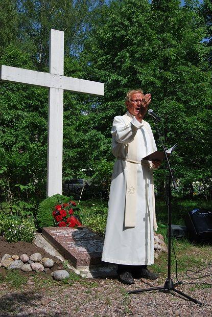 Paavo Rasimus pitää hartaushetken Uudenkirkon hautausmaalla 6.6.2014 Uusikirkko-yhdistysten järjestämällä juhlamatkalla. #Uusikirkko #Poljany