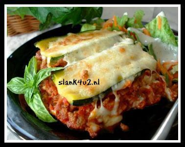 Omdat wij koolhydraatarm doen heb ik een verantwoorde koolhydraatarme variant op de traditionele lasagne gemaakt. Niet met pastavellen, maar met courgette repen. Niet met bechamelsaus, maar met een smeuïge tomatensaus en zachte buffelmozzarella.