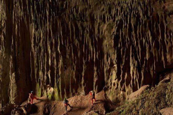 La grotta più grande del mondo La Hang Son Doong, nel Vietnam, ha una giungla interna ed è talmente vasta che potrebbe entrarci un isolato di grattacieli di 40 piani. Una cascata pietrificata.