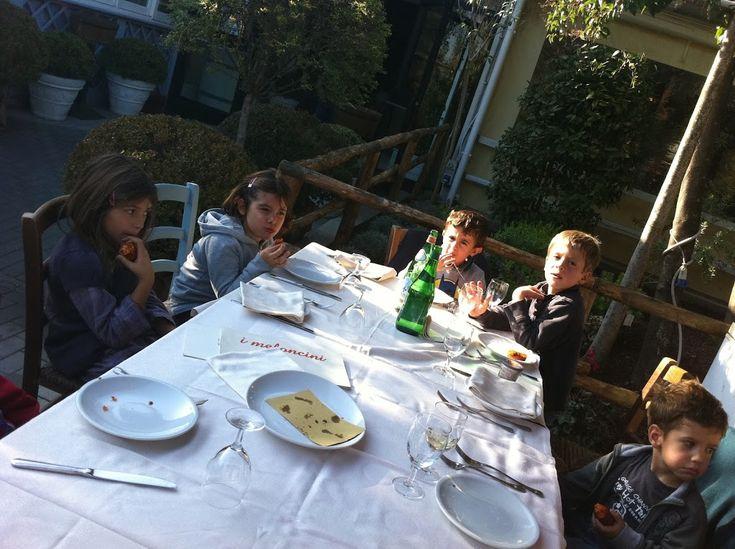 Il ristorante i Meloncini, con un numero quasi infinito di tavoli e coperti, puo' sembrare l'inferno ma, nei week end, a pranzo, con il sole si rivaluta moltissimo. Se non avete tempo o voglia di uscire da Roma e buttarvi al mare o in campagna, il prato sintetico dei Meloncini, senza fango, terra, e vento, vi consente far divertire i bambini, riportarli a casa quasi puliti e, sopratutto, di mangiare tranquilli. Prenotate un tavolo all'aperto, sotto la veranda, vista giochi.Dopo aver…