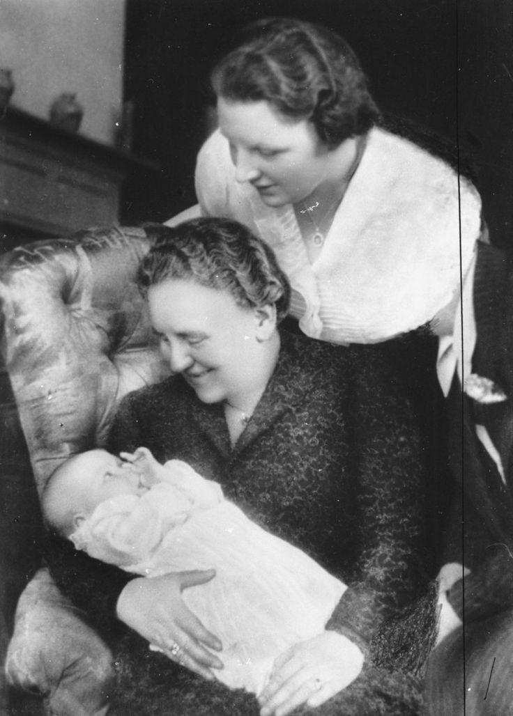 Koningin Wilhelmina met dochter prinses Juliana en kleindochter prinses Beatrix, lente 1938