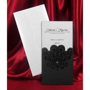 Invitatie de nunta cod 5424 este confectionata dintr-un carton alb destinat textului care este inserat intr-un carton de culoare negru, cu model elegant, care prezinta o pietricica de culoare alba.