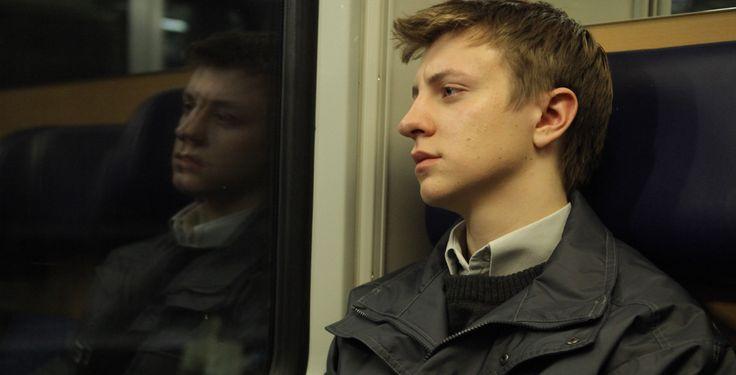 """""""Atmen""""  - Kino-Tipp - Roman sitzt im Jugendgefängnis seit er 14 ist. Nun hat er die Chance, dass die restliche Strafe als Bewährung ausgesetzt wird. Ein Job im Bestattungsunternehmen soll helfen."""