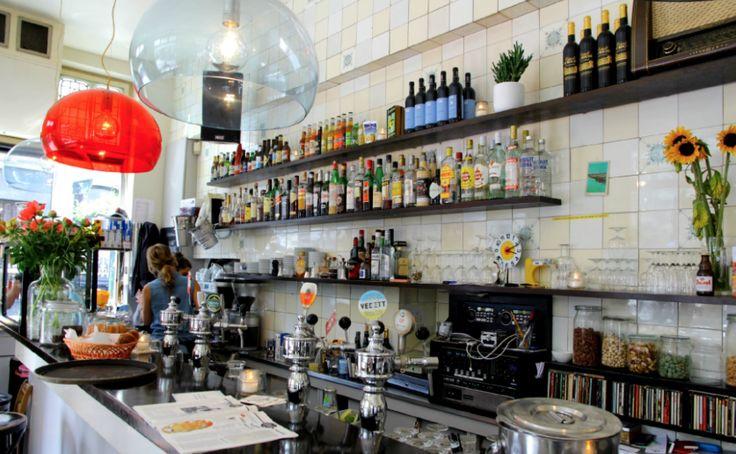 Allday hotspot Café Zondag is bijna niet te missen bij een citytrip naar Maastricht. Gelegen in de hipste wijk van de stad tussen het Centraal Station en het stadscentrum in: Wyck (spreek uit Wiek). Zondag is klein, modern en hip, met de grote bar als eyecatcher. Er is een gezellig terras in de levendige Wycker Brugstraat met tal aan winkels. Café Zondag is dé plek voor ontbijt, lunch, en tapas maar kan daarnaast ook bezocht worden voor gezellige avonden met vrienden.