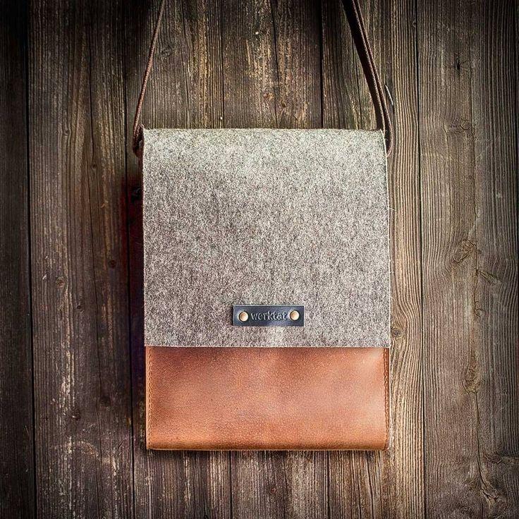 Hans, der Messenger Bag im hochformat aus Filz und rotbraunem Leder begeistert mit puristischem Vintage-Style, Kuriertasche, Ledertasche, Filztasche aus Schurwolle und Leder