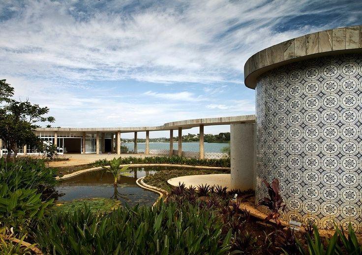 Het Pampulha Modern Ensemble in Belo Horizonte in Brazilië was in de jaren 1940 een visionair architecturaal en landschapsproject. Je vindt in de verschillende complexen onder andere een casino, kerk, jachtclub en een danszaal terug.
