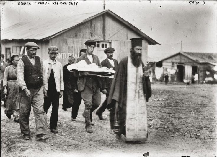 Κηδεία παιδιού σε συνοικισμό προσφύγων. Αθήνα, 1900 © Library of Congress