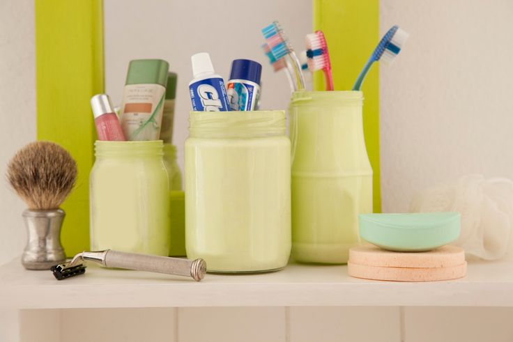 Para guardar escovas de dente e a pasta, os potes foram pintados com tinta esmalte. O procedimento é rápido: coloque um pouco tinta dentro do vidro e depois vire ele de boca para baixo. A tinta vai escorrer e o vidro fica todo colorido.