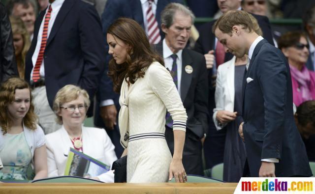 Pangeran William dan istrinya, Kate Middleton saat tiba di pertandingan perempat final kejuaraan tenis Wimbledon di London.