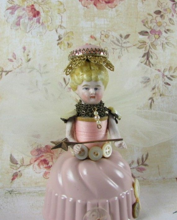 Another altered doll made out of a tart tin and spool of thread.  Her easy has awesome dolls