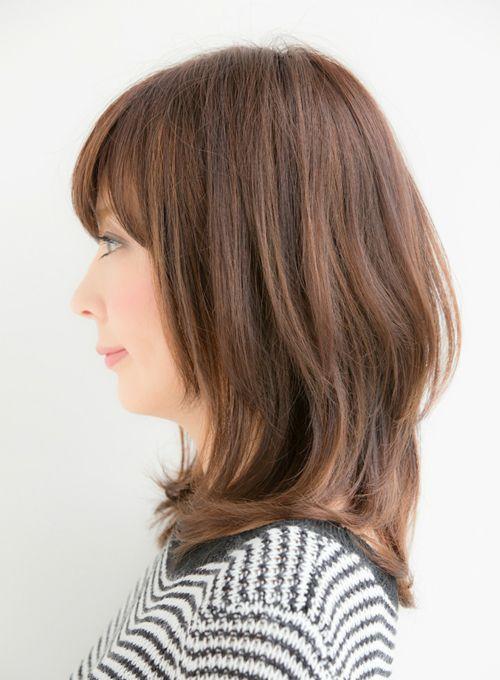 一番人気はやはり鎖骨ぐらいの長さの毛先にワンカール入ったレイヤースタイル。 トップにボリュームを出すことで、ひし形シルエットを作り小顔効果のあるヘアスタイルに していきます。前髪パーマは毛先にかけるだけで、簡単に下ろし流しの前髪が作れて流行りの 前髪が自分でも簡単に作れるのでオススメです。