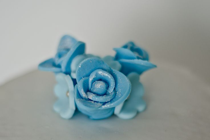 Bruidstaart close-up blauwe roos