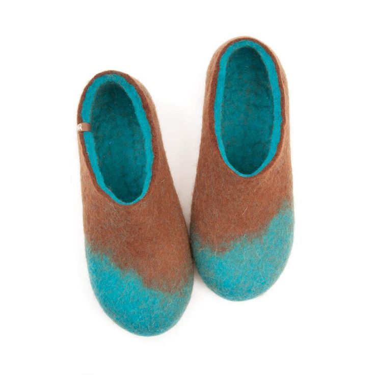 Wool felt slippers for men in 100% merino wool. These felted slippers are seamless made in one piece to give pleasure and maximum comfort. #house #shoes #woolen #slippers