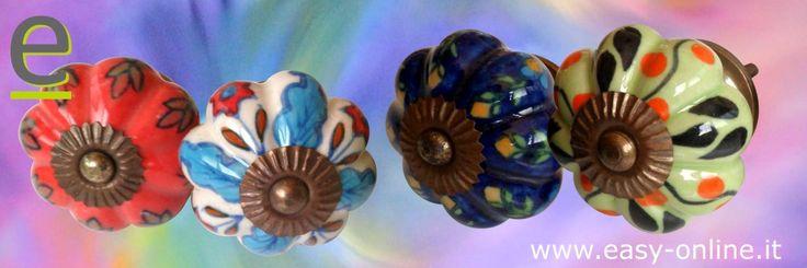 Pomelli di ceramica a forma di zucca. Perfetti da essere abbinati tra loro.  http://easy-online.it/it/categoria-prodotto/pomelli/