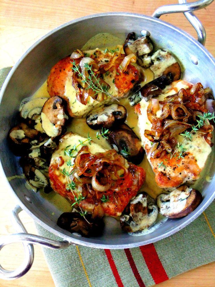 Costolette di maiale disossati in una salsa cremosa di senape timo con funghi e scalogno caramellato.