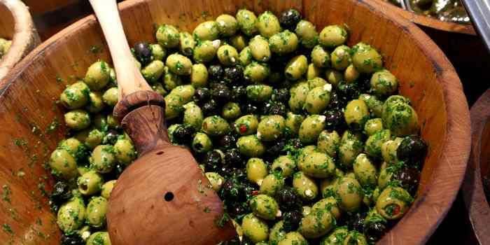 Traditionell werden Oliven über einige Wochen hinweg in Wasser gelegt, nachdem sie mit einem Holzhammer einen kleinen Schlag erhalten haben.