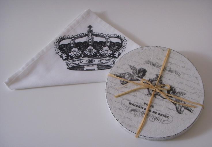 Podložka Ma Maison Tato podložka je vyrobena technikou decoupage, patinování a stínování. S motivem černé starožitné lžičky s korunkou / dvou andělů držících erb s lilií. Bude se na ní hezky vyjímat elegantní šálek čaje nebo kávy. Materiál: korek, akrylová barva, lak. Barva: černá a šedá na bílém podkladě. Rozměry: průměr 18 cm, výška 1 cm. Cena je za 1 kus. ...