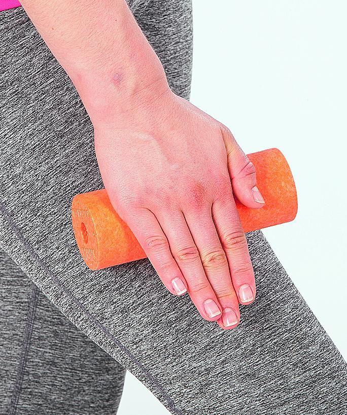 """Massage mit der Blackroll MINI am Oberschenkel. """"Blackroll - Faszientraining für ein rundum gutes Körpergefühl. Das Buch von Kay Bartrow."""" TRIAS Verlag ©Holger Münch, Stuttgart"""