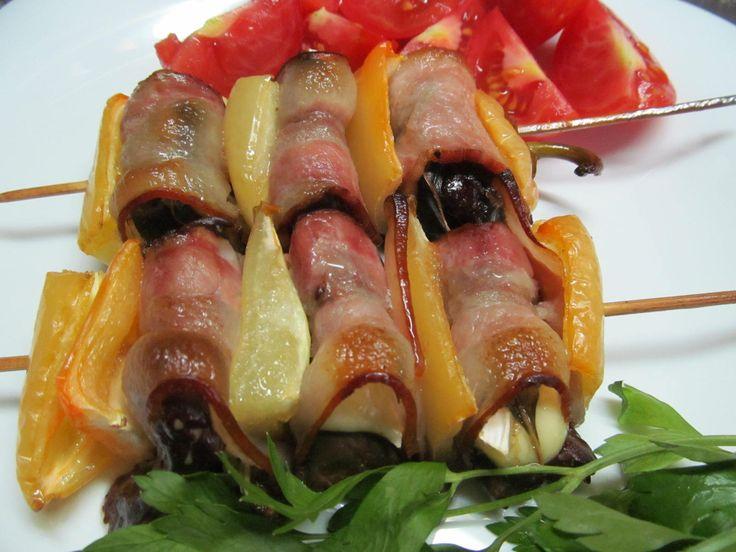 Бекон, куриная печень, болгарский перец, соль, перец, оливковое масло, сыр бри, базилик.