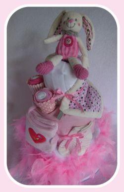 Baby Cake Lapin aux petits pois. Création : Baby Cake by Bri - des Cadeaux d'inspiration gâteaux ( qui ne se mangent pas ;-)  ) - (diaper cake- gâteau de couches)