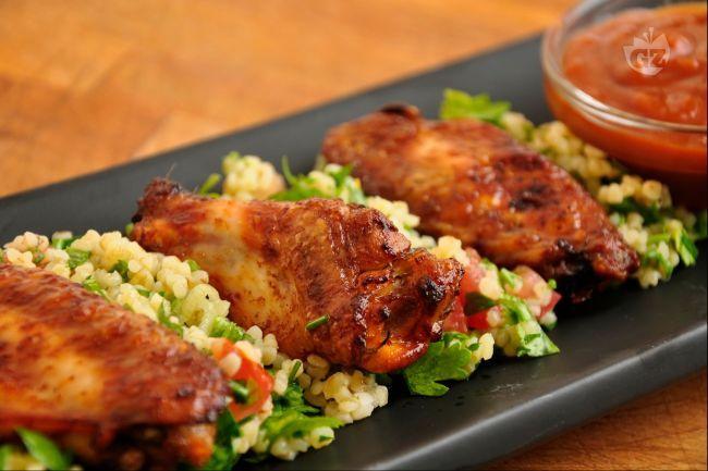 La ricetta di oggi: alette di pollo alla brace su letto di cous cous, insalata e pomodori. Da condire a piacere con salsa barbecue. Un piacere per il palato consigliatoci e preparatoci gentilmente dall'agriturismo Dolci Marche. Eccolo qui: http://www.agriturismo.com/dettaglioAgriturismo.asp?idLingua=1&id=3242 #agriturismo #marche #barbecue #ricette #pollo #secondi #verdure