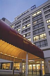 Radisson Blu Daugava viesnīca atrodas pašā Daugavas malā, Pārdaugavas pusē. No tās paveras skaists skatus uz Vecrīgu.