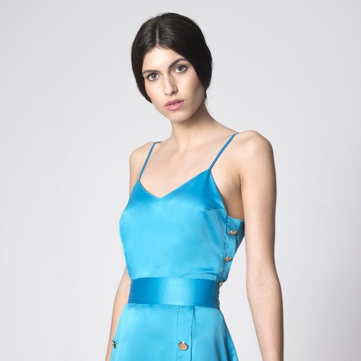 NUBBE CLOTHES S/S 17 | TOP LENCERO  Royal es un top lencero confeccionado en satén cuyos botones dorados en los laterales le confieren un aire marinero y muy veraniego.  http://nubbeclothes.com/shop/tops-y-camisas/top-royal/ Imagen: Top Royal. Colección Nubbe Clothes #SS17 #moda #fashion #madeinspain #modagallega