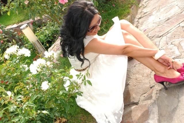 Smelling roses in my life..~ Stiti de ce se spune sa iei o pauza si sa mirosi trandafirii? Pentru ca au o frecventa vibrationala vindecatoare.Toate florile emit o frecventa, trandafirii o au pe cea mai inalta. Trandafirul alb este simbolul Sf. Fecioare Maria. O admir si O iubesc. Iubesc trandafirii albi..Iubesc viata mea in slujba luminii.     click pe imagine pentru a asculta o parte din interviul televizat acordat lui Sergiu Mihalcea & Evo.Tv