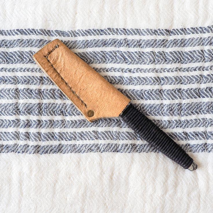 Rasoir de type kamisori créé et forgé à la main à Québec par Couteaux Deva, exclusivement pour Rituels.