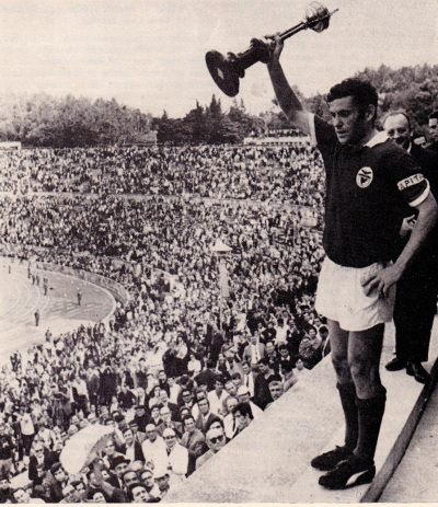 Simoes with the Portuguese Cup, Benfica 1969