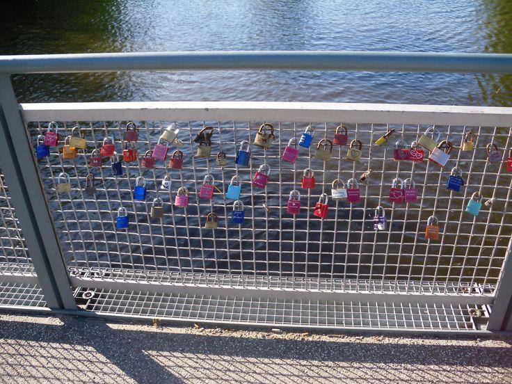 Brücke mit Liebesschlössern in Hamburg Winterhude. Bridge with Love locks in Hamburg Winterhude