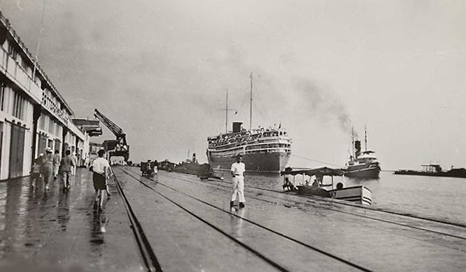 Haven van Tandjong Priok Batavia 1935, aankomst van de Hr.Ms. Dempo.