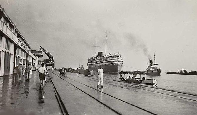 Haven van Tandjong Priok Batavia 1935, aankomst van de Hr.Ms. Dempo.