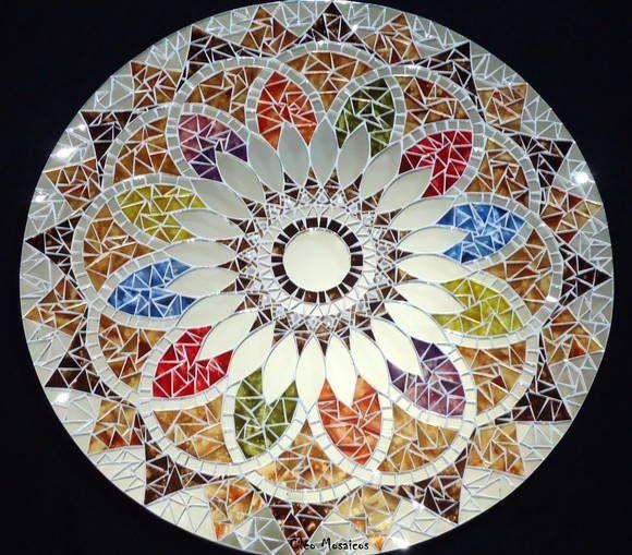 Mandala para Decoração de Paredes  Trabalho em Mosaico de Vidro, Pedras e Espelhos. Base em MDF. Possui furo atrás para fixação.  Obs.: Produto para uso em Ambiente Interno. Não expor ao calor e á umidade. R$ 345,00