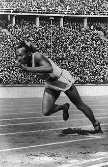 Jesse Owens remporte la finale du 100 mètres des Jeux olympiques de 1936 à Berlin