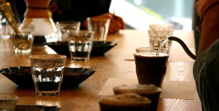 Mint egy borkóstolás... Gondolhatnánk a kávékóstoló alkalmával, mert a folyamat hasonló a két tevékenységnél.