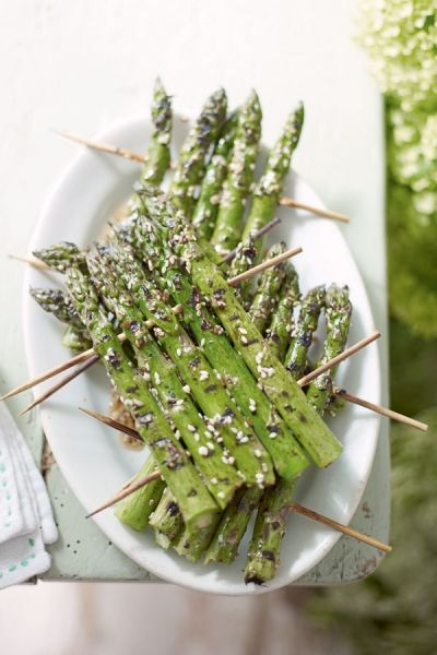 Het is lente! Gegrilde asperges met sesam. Recept op elleeten.nl | ELLE Eten