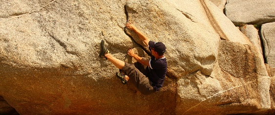 La escalada en bloque, también conocida como búlder o bouldering, consiste en escalar bloques de piedra o rocódromos sin cuerdas ni ningún tipo de elemento de fijación.