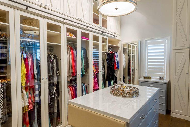Glastüren verleihen eine Wand hängende Kleidung, während Schränke oben zusätzliche Lagerung, das meiste aus einem kleineren Raum bieten einen eleganten Touch.
