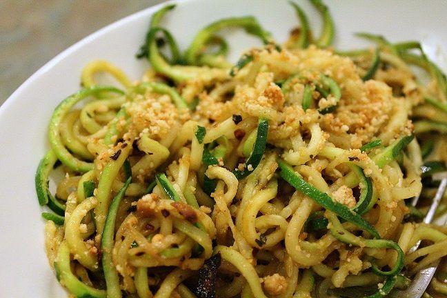 Come realizzare in modo facile e veloce degli spaghetti di zucchine. Una ricetta gustosa e semplice.