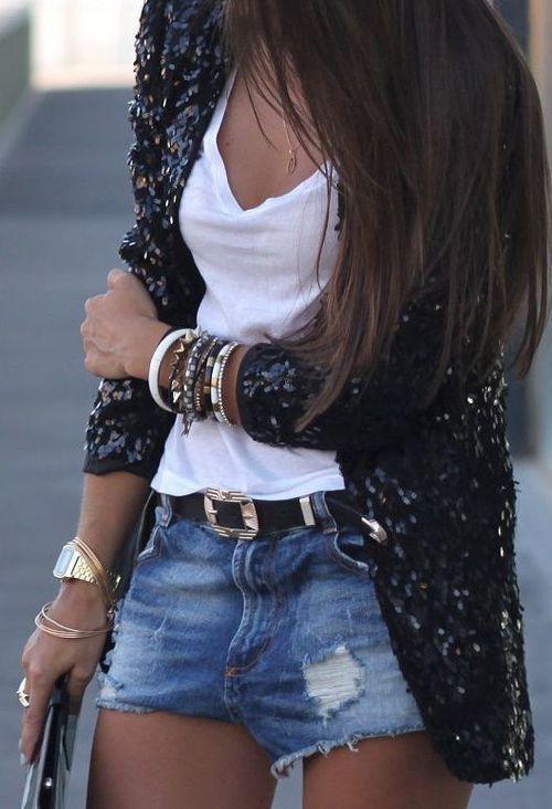 Shorts de mezclilla, blusa blanca, cinturón, sweater negro con lentejuela.