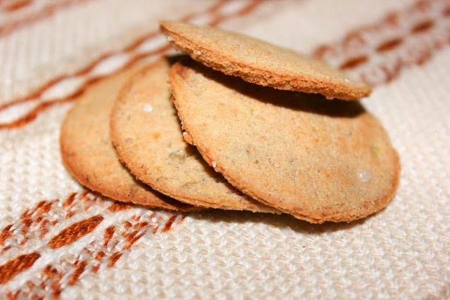 ...  или специи, кунжут или зелень - выбирайте на свой вкус. Печенье получается хрустящее, с ярким гречневым вкусом. Готовится очень легко и быстро. И ингредиентов требуется самый минимум. Смотрим) вареный картофель - 200гр соль по вкусу мука гречневая (у меня Гарнец цельнозерновая) - 50гр Картофель размять толкушкой до состояния пюре. Ни воду, ни молоко добавлять ...