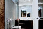 Ванные комнаты  и одна из спален. Главный принцип, объединяющий помещения, - лаконичность формы и цвета. Светло-серый цвет стен  и потолка -...