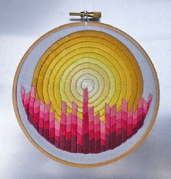 Like many women, British artist Corinne Sleight loves embroidering. Corinne belongs to those mothers who work at home. For more than 20 years, she has been helping her husband to manage a small graphics business in a Sussex South Downs village, England. Despite the lack of formal qualifications in the arts, Corinne loves working in different techniques.