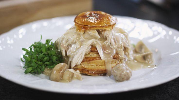 Vol-au-vent is een van dé vertrouwde Vlaamse klassiekers. Er zijn maar weinig brasseries of restaurantjes waar dit kipgerecht niet op het menu staat. Als je een beetje extra zorg besteedt aan smaakmakers zoals een scheutje madeirawijn en vers citroensap, krijg je een heel geslaagd resultaat. En waarom zou je ook niet een keer zelf het kuipje van bladerdeeg maken? Vol-au-vent dien je op met frietjes of puree (naar keuze).