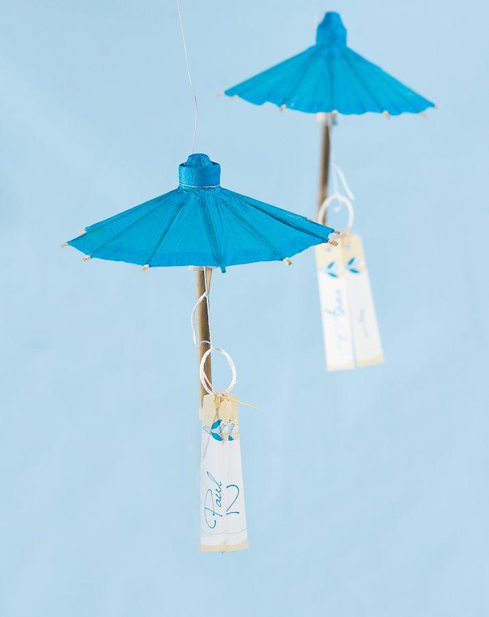 Papierschirmchen als Platzkarte - Eine wirklich schöne Idee für eine Hochzeit mit Meer-Thema sind diese Platzkarten aus Papierschirmchen.